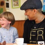 Xavier Naidoo war im Bethanien Kinder- und Jugenddorf zu Besuch und hat sich nicht nur mit Schwester Jordana getroffen, sondern auch die Musikschule besucht.