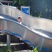 Auf der Wasserrutsche