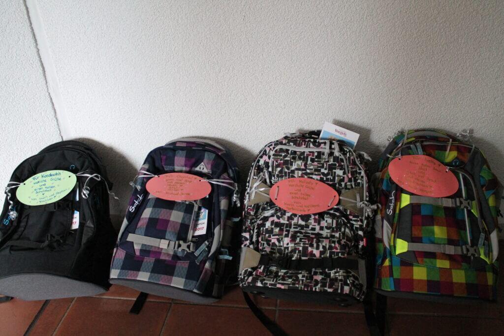 Rückengeeignet und modern: der Freundeskreis stattet die Schulwechsler mit Schultornistern aus