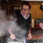 Crêpes schmecken bei winterlichen Temperaturen auf dem Martinsmarkt im Kinderdorf besonders gut