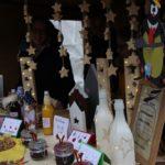 Wie immer ist das Angebot auf dem Martinsmarkt im Bethanien Kinderdorf vielfältig: Holzschmuck, Leckereien oder besondere Geschenkartikel erfreuen die Besucher.