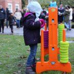 Kinder spielen auf dem Martinsmarkt mit Spielzeug aus dem BigBass