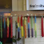 Das Kerzenziehen ist seit vielen Jahren ein beliebtes Angebot auf dem Martinsmarkt im Kinderdorf