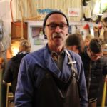 Reinhard Ziegler ist Mitarbeiter im Kinderdorf. Seit vielen Jahren bietet er das Kerzenziehen auf dem Martinsmarkt an und ist damit eine echte Institution.