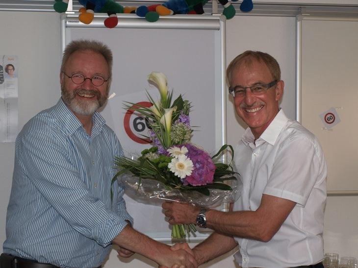 Geschäftsführer Werner Langfeld schüttelt Kinderdorfleiter Martin Kramm zum 60. Geburtstag die Hand.