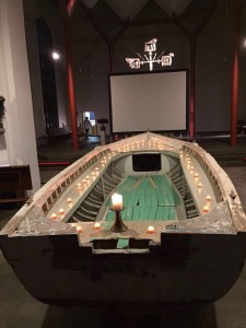 Dieses original Flüchtlingsboot wurde von Kardinal Woelki im Kölner Dom ausgestellt, jetzt wurde es in der Pfarrgemeinde Refrath von Jugendlichen und Flüchtlingen des Kinderdorfes zum Symbol für Hoffnung trotz Flucht gestaltet