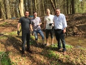 Social Day der Arkadia aus Köln: gut gelaunte Unternehmensberater in Gummistiefeln