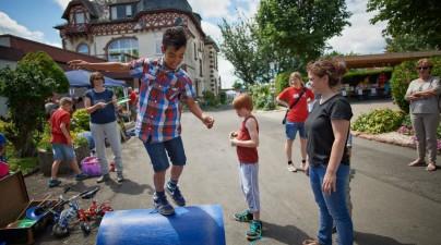 Der Mitmachzirkus Torkelini aus dem Kinderdorf Bergisch Gladbach war gekommen, um das Kinderdorf in Eltville beim Sommerfest zu unterstützen. Hier konnte sich jeder in Akrobatik ausprobieren.