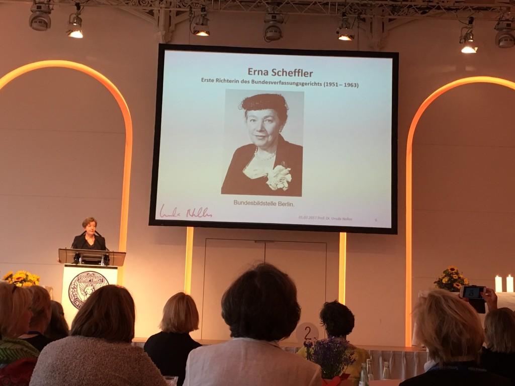 Oberbürgermeisterin der Stadt Köln Henriette Reker übernahm die Schirmherrschaft und erinnert an die Pionierinnen der Chancengleichheit