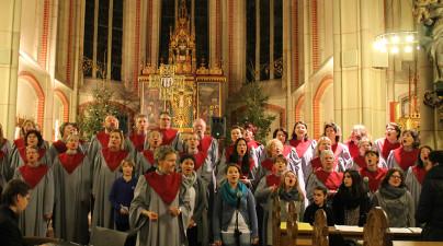 Gospelchor in Gewändern in Kirche