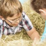 Auf dem Erntedank- und Herbstfest konnten Kinder im Heuhaufen spielen
